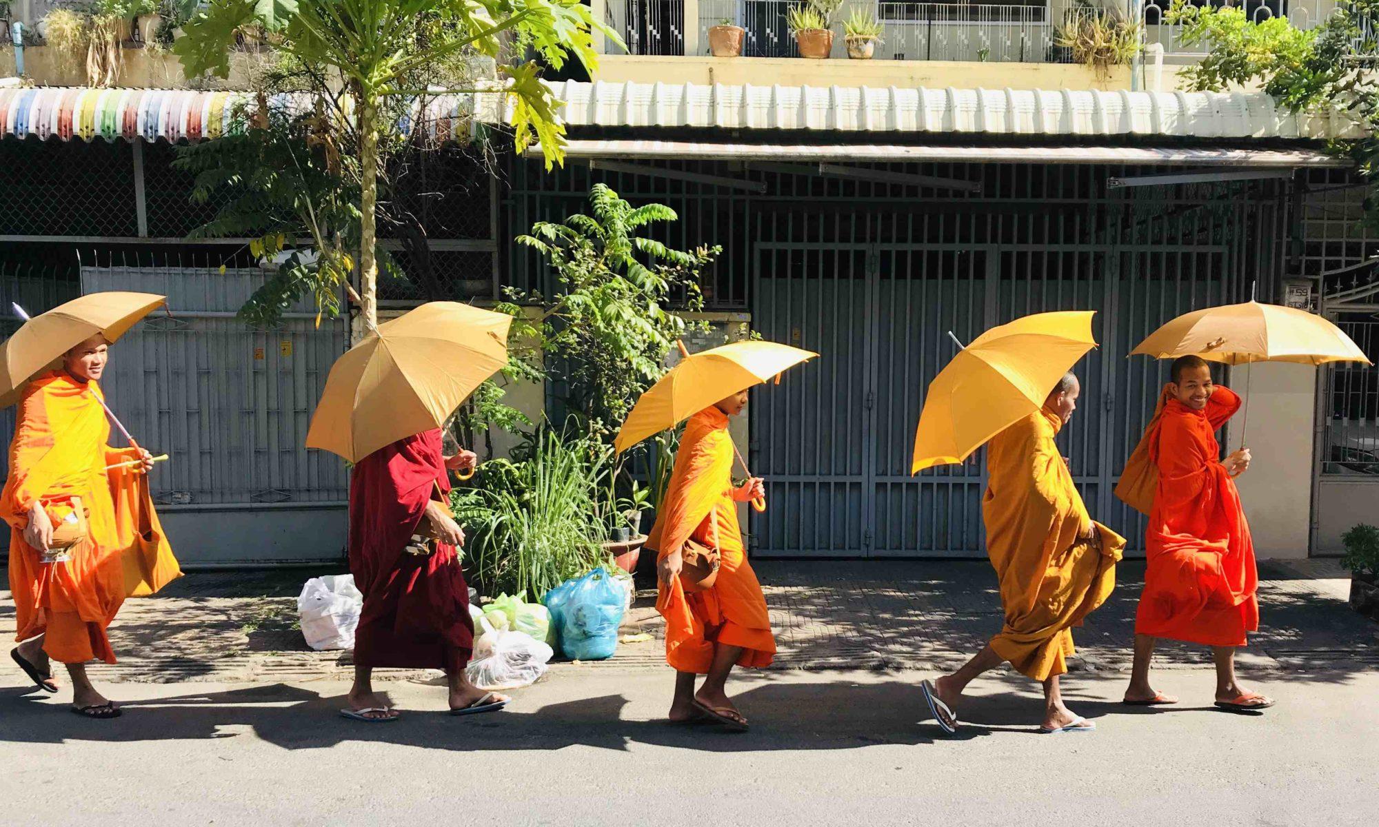 Bonzes dans une rue de Phnom Penh