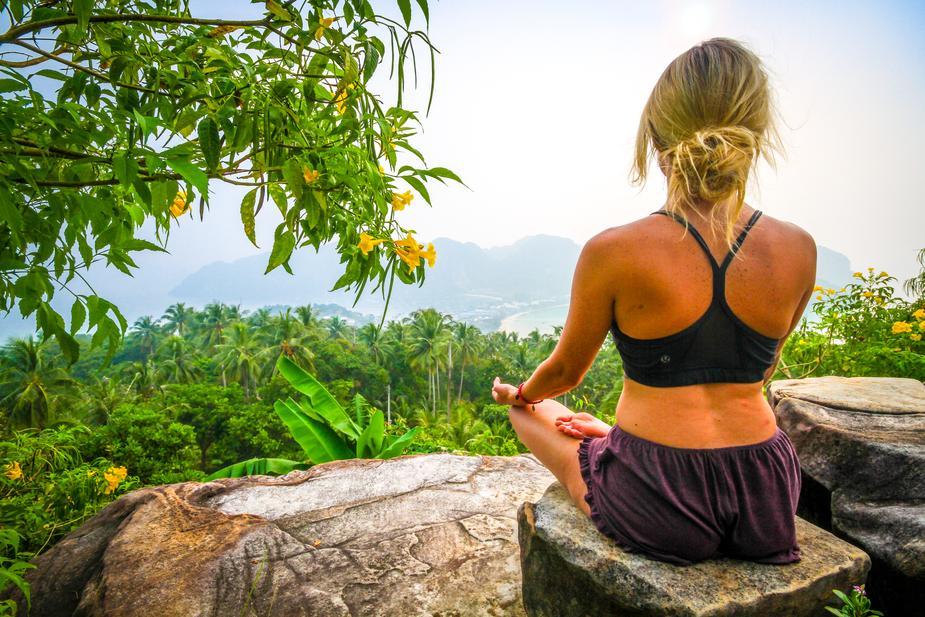 Femme méditant en Thaïlande