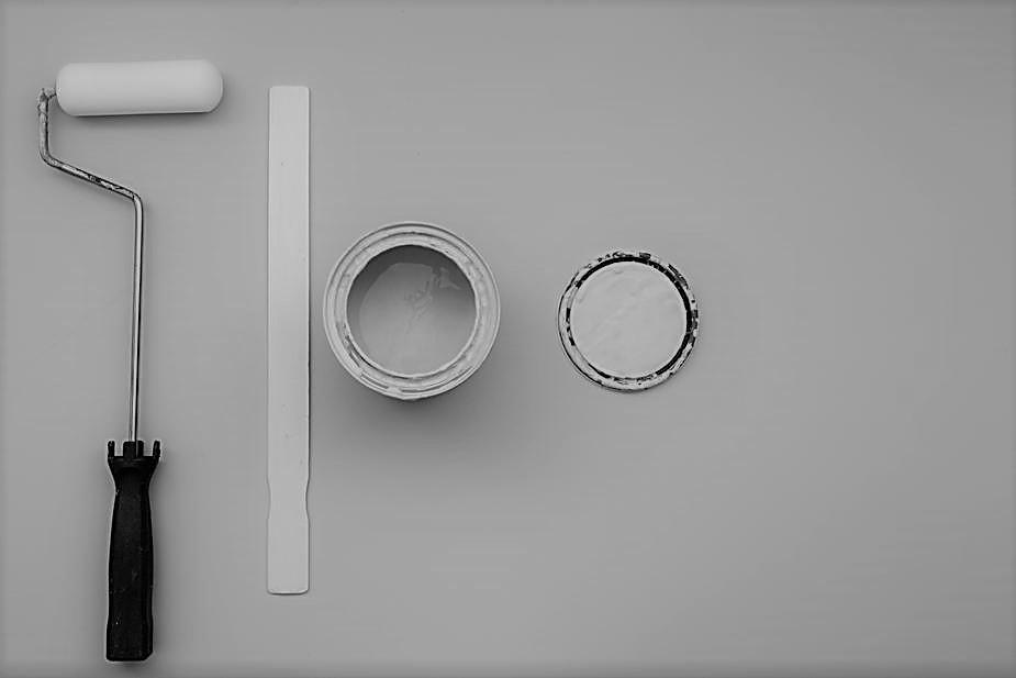 Pot de peinture et rouleau