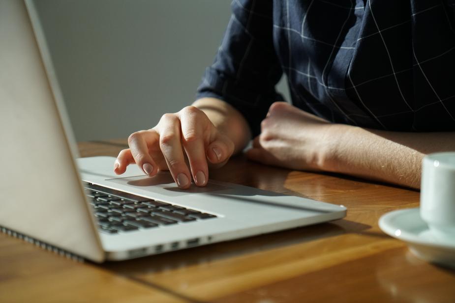 Particulier vendant des biens sur Internet