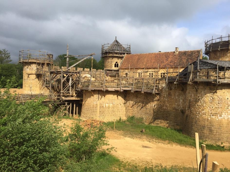 Guédelon : tour de la chapelle et entrée fortifiée